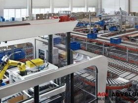 Smart picking robot appears in the warehouse to work
